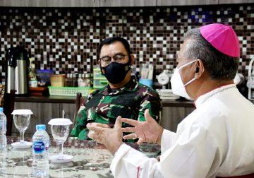 Pangdam XII/Tpr Rangkul Uskup Agung Pontianak